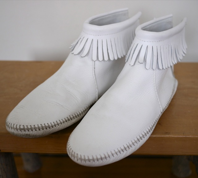 Vintage 70s Minnetonka White Leather Fringe Moccasin Ankle